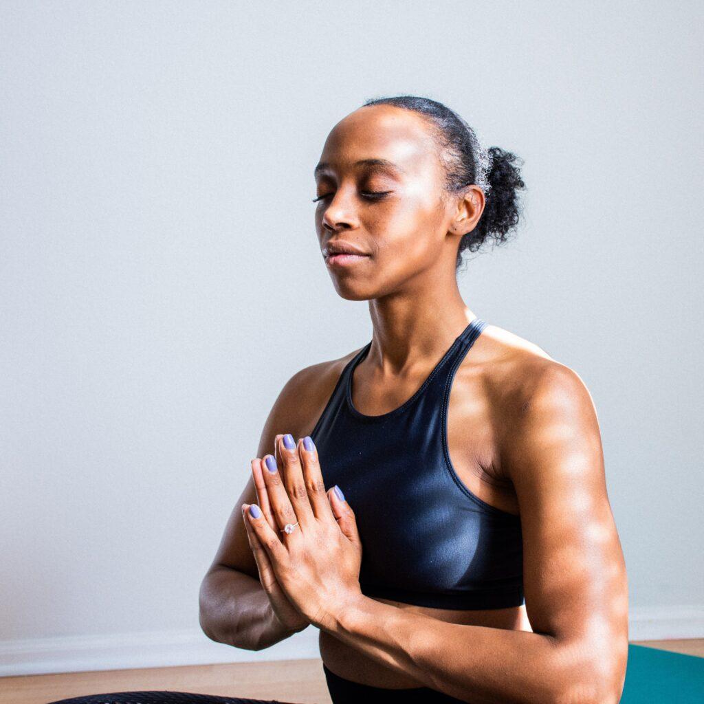 femme meditation relaxation yoga